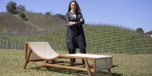 Designer Marta Manente apresenta Chaise Longue Flag na mostra Be Brasil