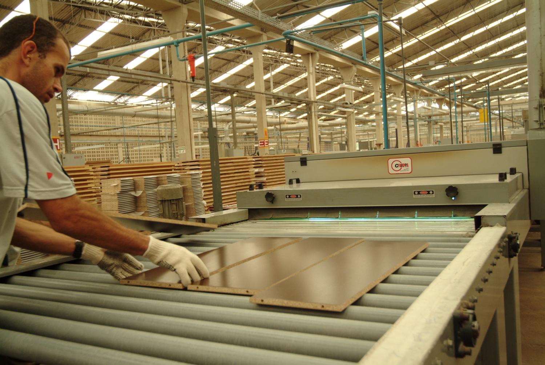 Produção de móveis em fevereiro recua 4,1%, aponta IBGE