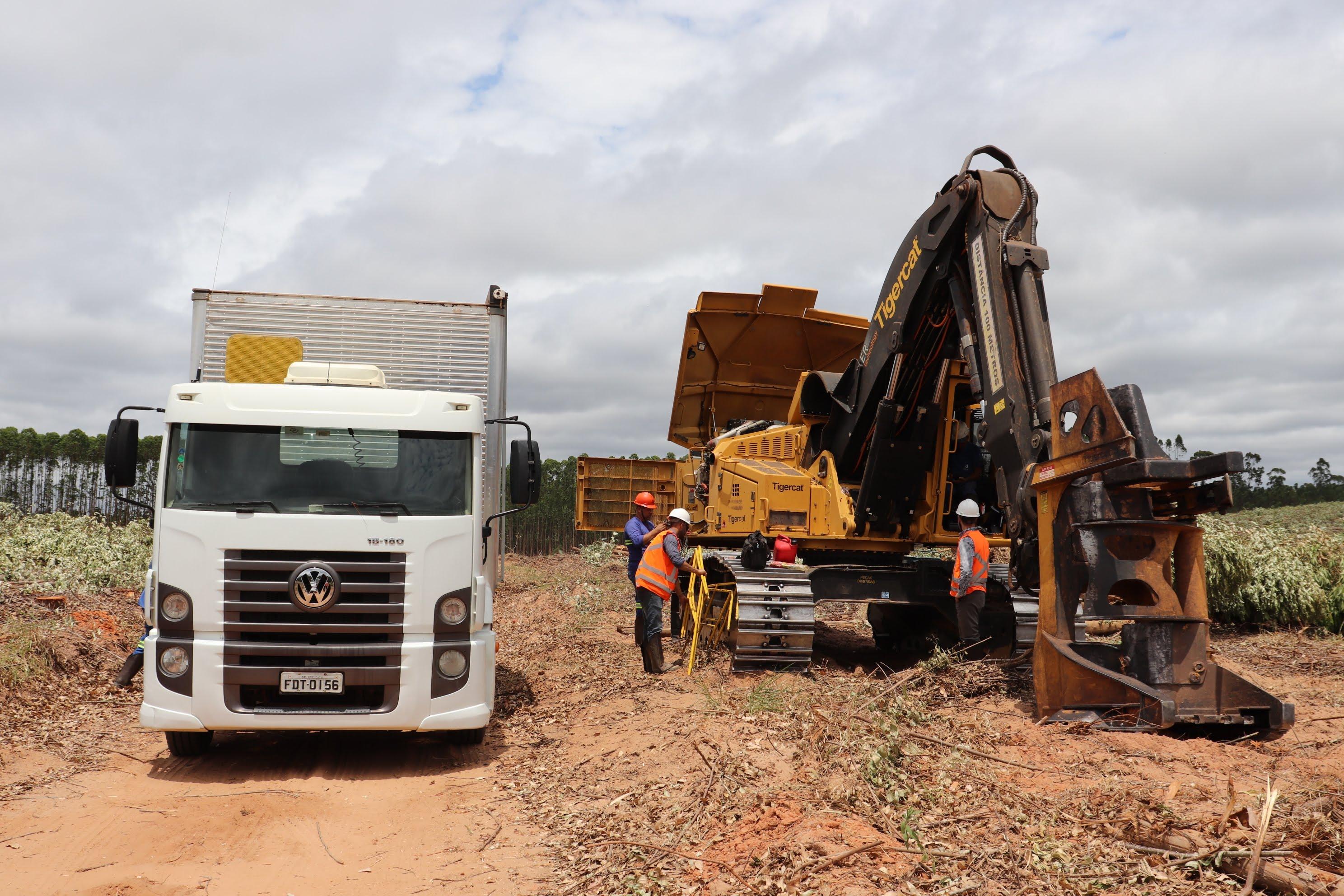 imagem do caminhão oficina acompanha e agiliza o processo de colheita da madeira