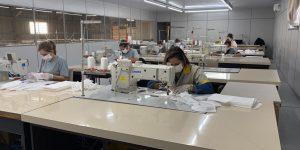Indústrias de estofados fabricam máscaras descartáveis