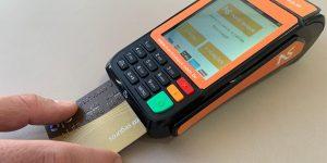 Maquininha permite sacar dinheiro vivo do limite do cartão de crédito